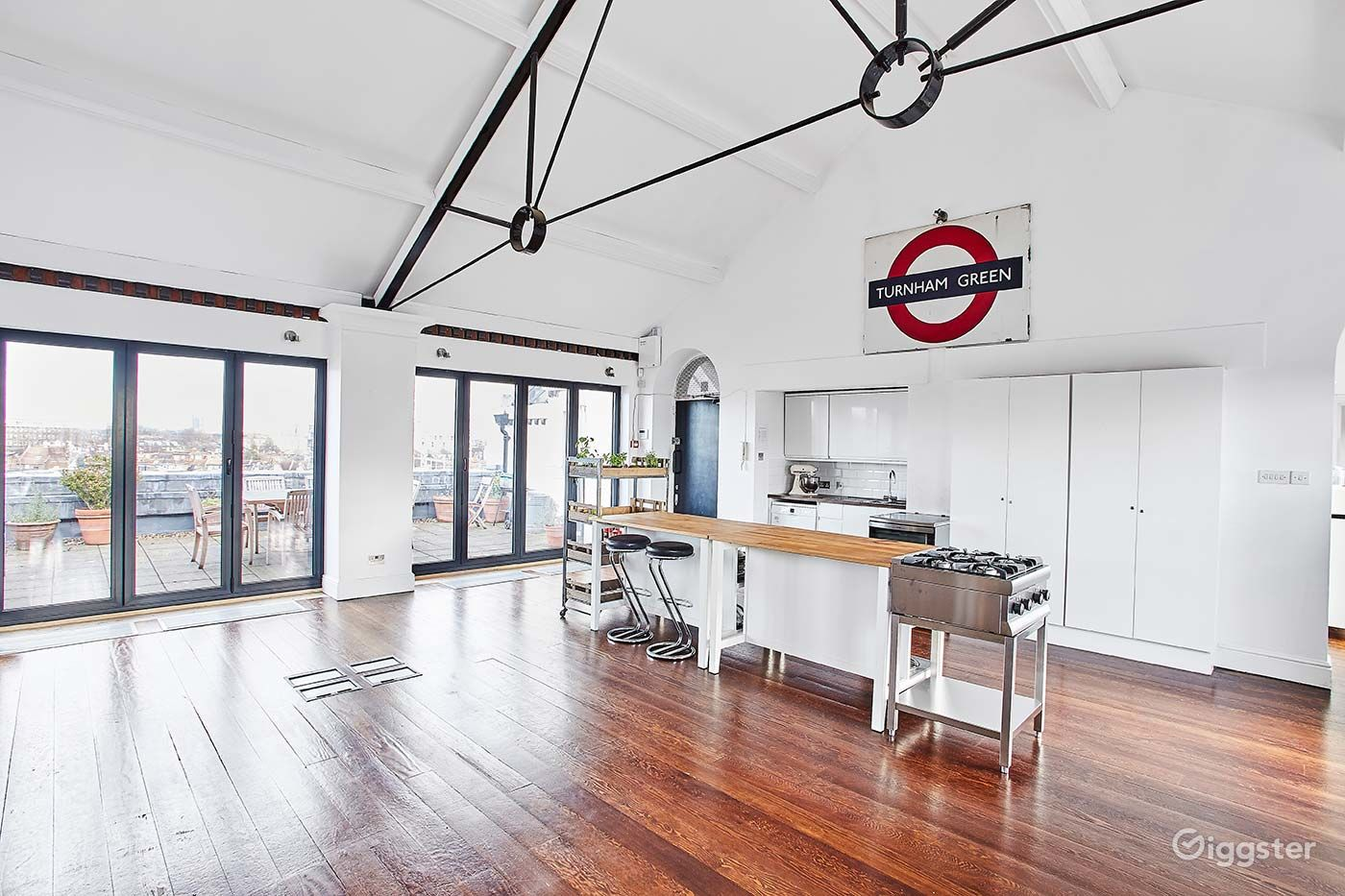 Studio with fully fitted kitchen and balcony with city views Photo 1