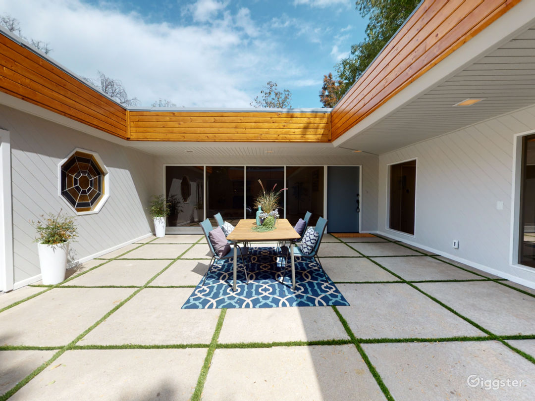 Gated, modern, and secluded Studio City hideaway. Photo 5