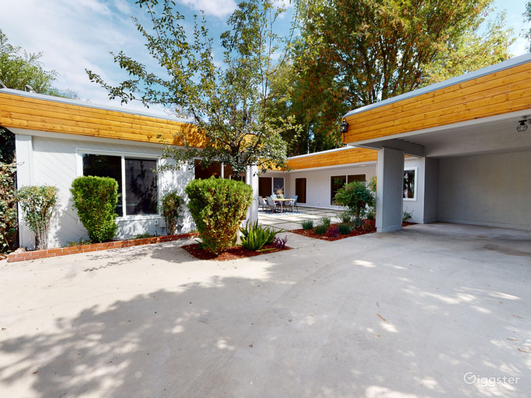 Gated, modern, and secluded Studio City hideaway. Photo 4