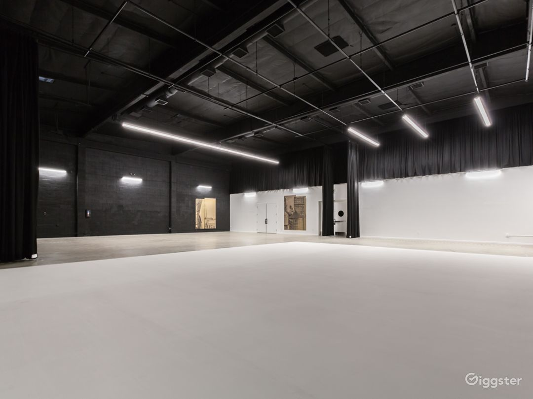 Film stage with cyclorama wall & production office Photo 2