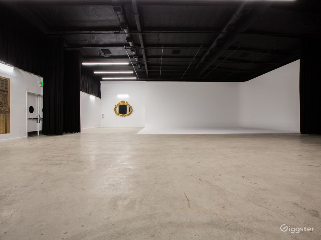 Film stage with cyclorama wall & production office Photo 1