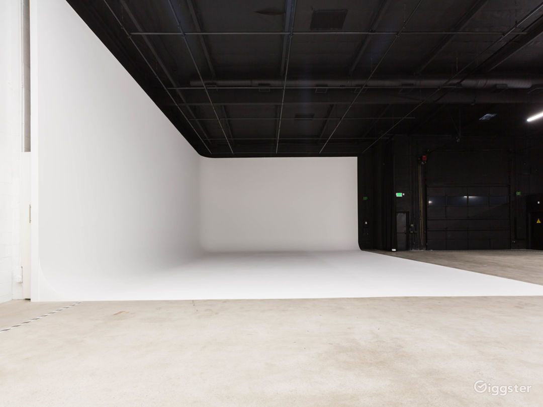 Film stage with cyclorama wall & production office Photo 3