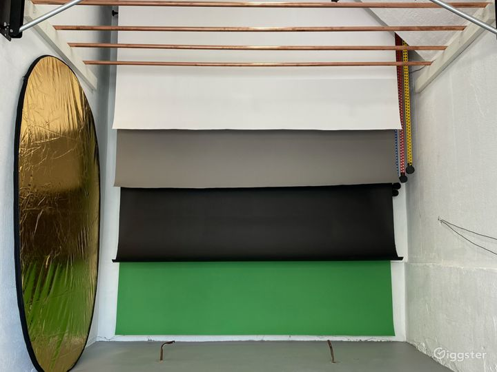 Easy roller Backdrop. White, Black, Charcoal and Green Screen Included.