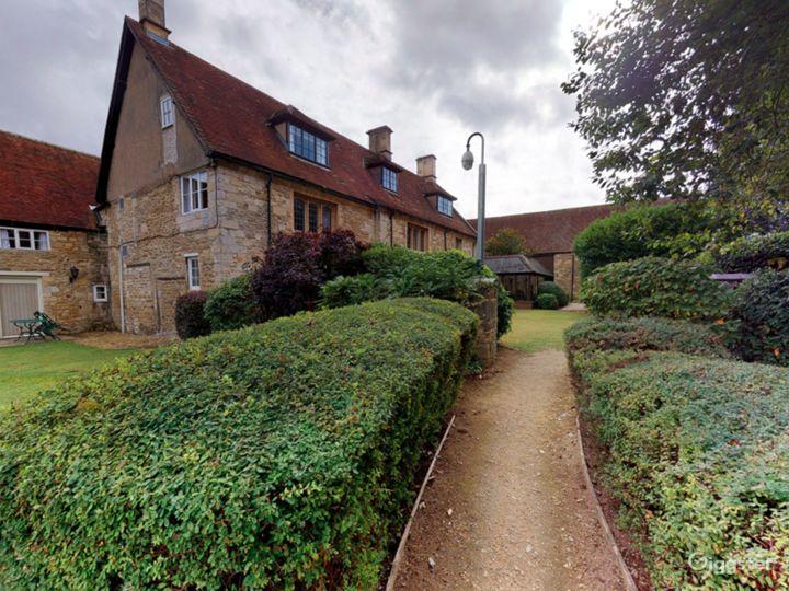 Gorgeous Walled Garden in Oxford Photo 3
