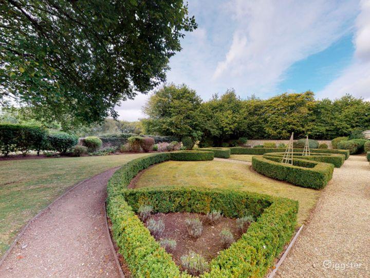 Gorgeous Walled Garden in Oxford Photo 2