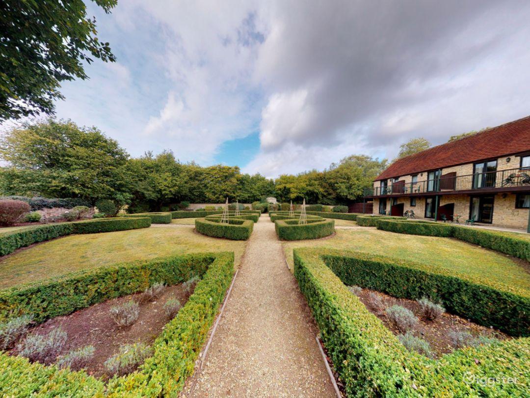 Gorgeous Walled Garden in Oxford Photo 1