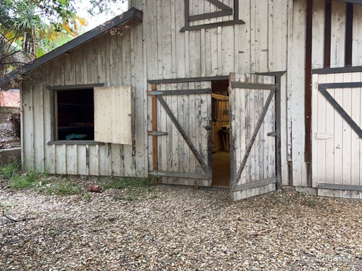 Rustic barn, rural space, river bed & MUCH MORE!