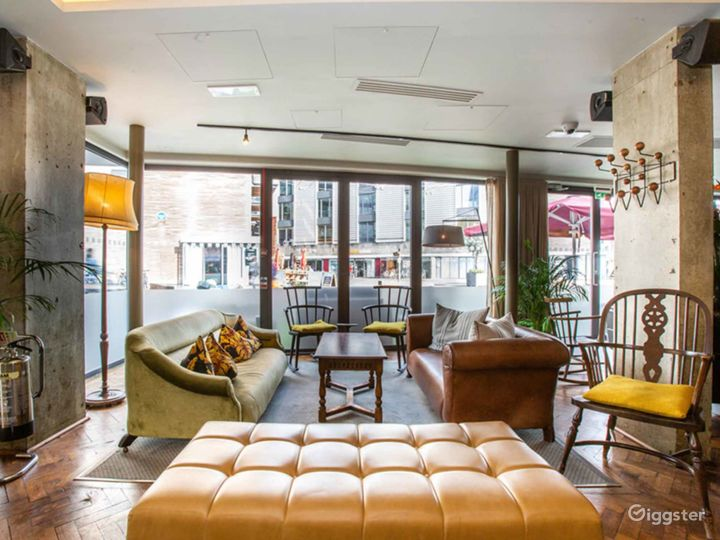 Charming and Cozy Lounge in London Photo 3