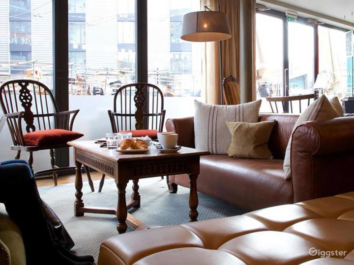 Charming and Cozy Lounge in London Photo 5