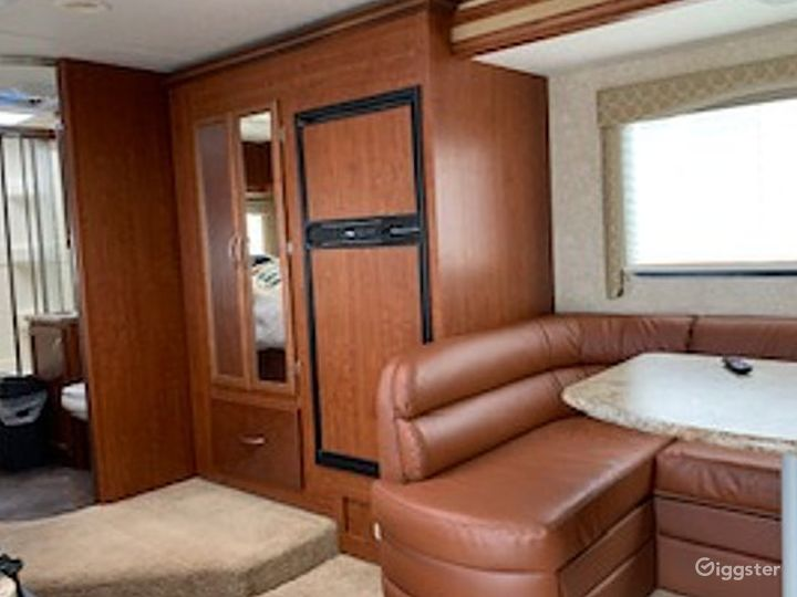 Clean and Gigantic 25sq ft 2010 Thor Four Winds Recreational Vehicle Photo 3