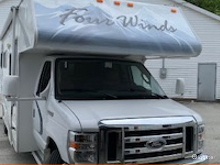 Clean and Gigantic 25sq ft 2010 Thor Four Winds Recreational Vehicle Photo 4