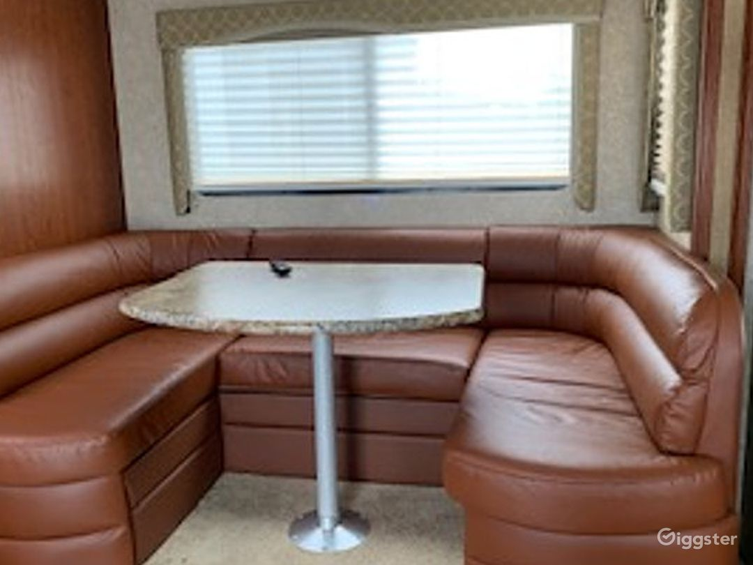 Clean and Gigantic 25sq ft 2010 Thor Four Winds Recreational Vehicle Photo 1