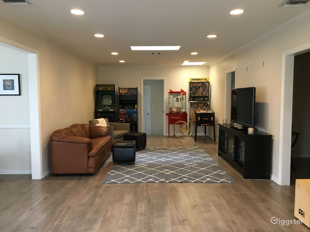 Living room / Game room. Arcade and pinball machine can easily be moved