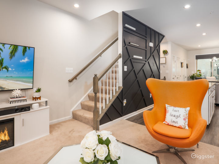 Dynamic Modern Townhome with Natural Light Photo 2