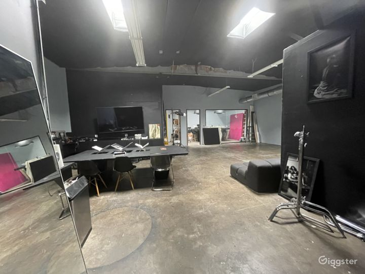 Large creative studio space w drive in garage Photo 5