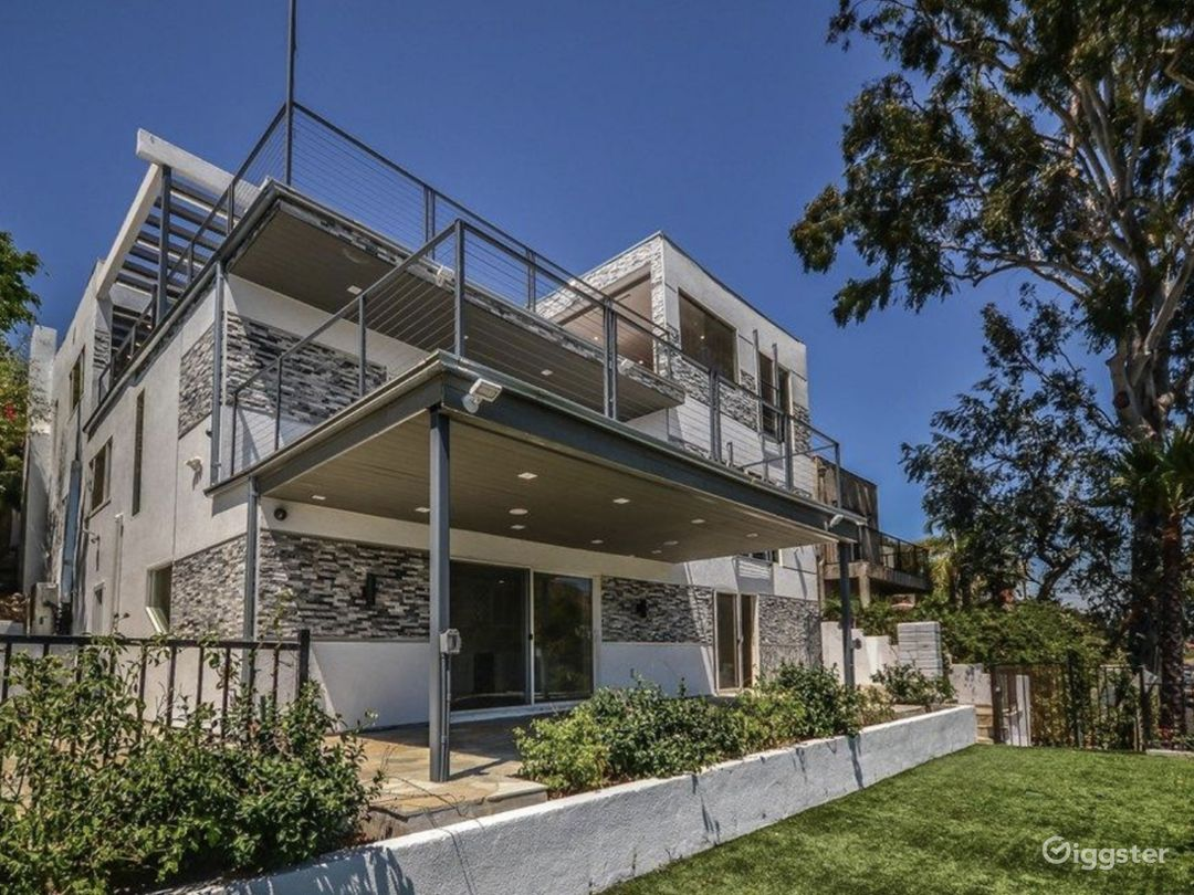 Universal Modern View Home Photo 1