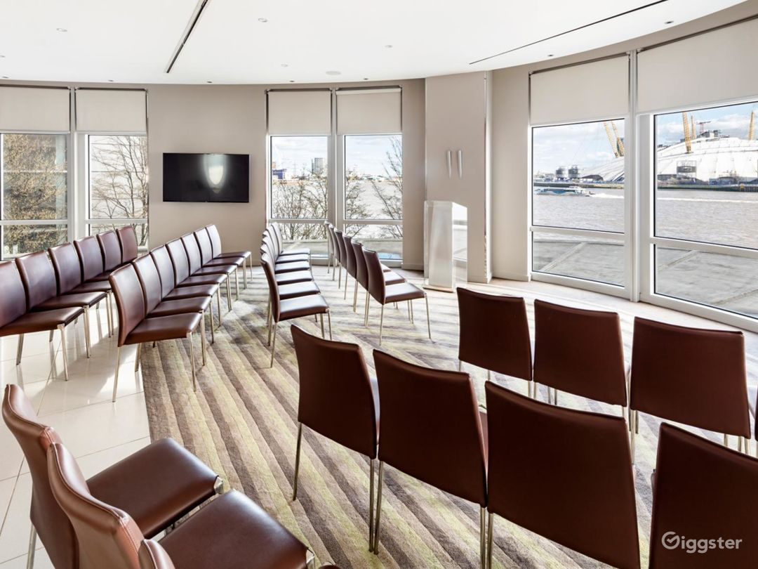 Bright & Spacious River Room in Canary Wharf, London Photo 1