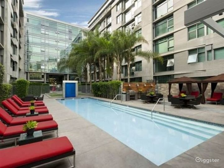 Beautiful Outdoor Pool in LA Photo 3
