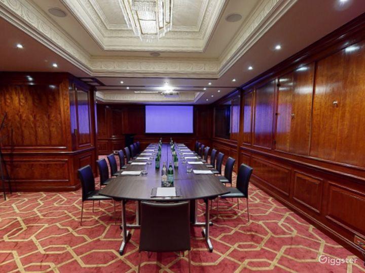 Fancy Medium-sized Private Room 33 in London, Heathrow Photo 3