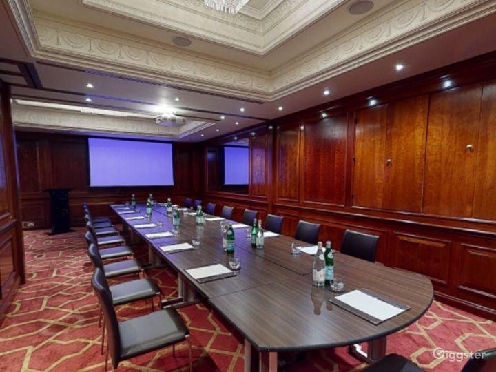 Fancy Medium-sized Private Room 33 in London, Heathrow Photo 4