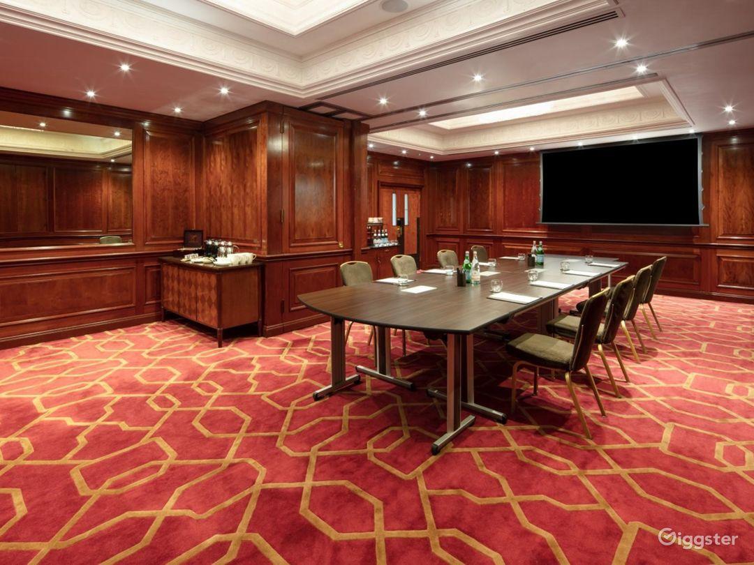Fancy Medium-sized Private Room 33 in London, Heathrow Photo 1