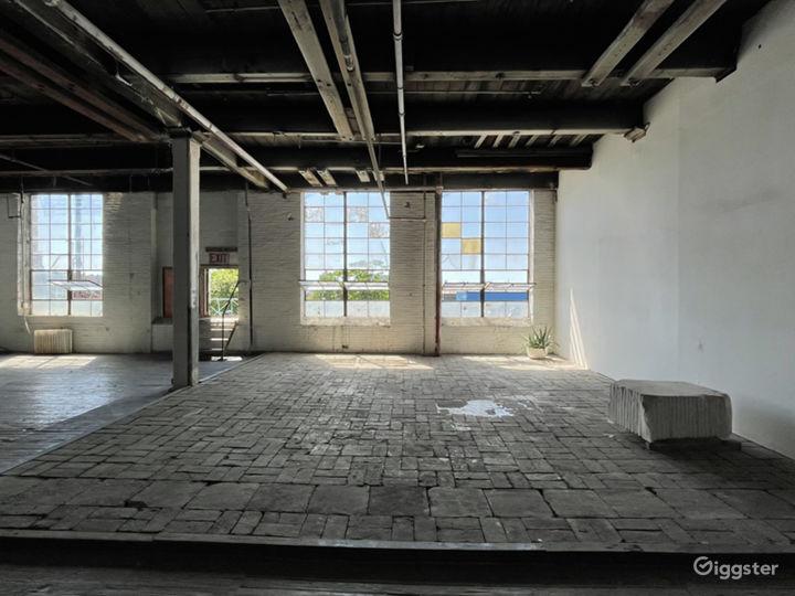 Raw daylight loft studio w/ cyc wall Photo 3