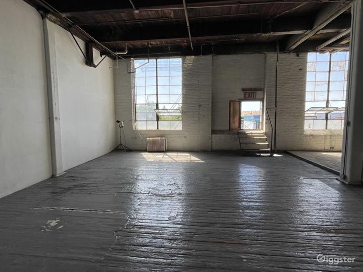 Raw daylight loft studio w/ cyc wall Photo 5
