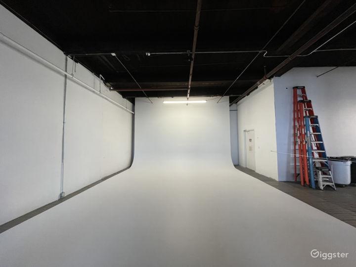Raw daylight loft studio w/ cyc wall Photo 2
