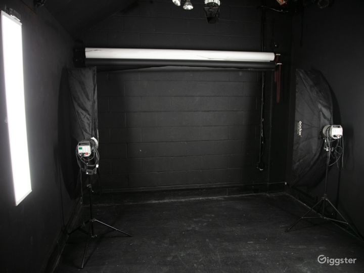 Black studio hire for video and flash photography Photo 3