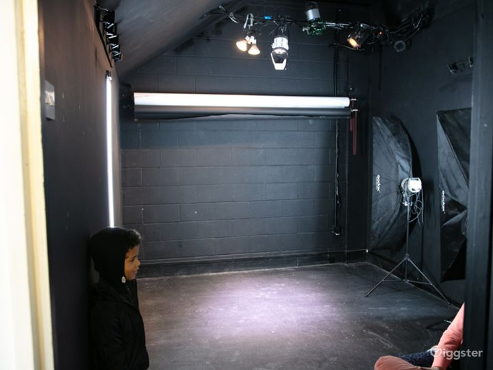 Black studio hire for video and flash photography Photo 2