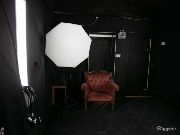 Black studio hire for video and flash photography Photo 5