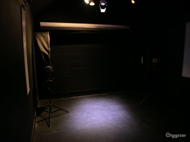 Black studio hire for video and flash photography Photo 4