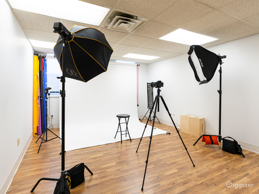 Designed with Hardwood Floors, White Walls. Comes with light stands, C stands, sand bags, Stool, Chair, table, Apple boxes, Backdrops, foam core, diffusers