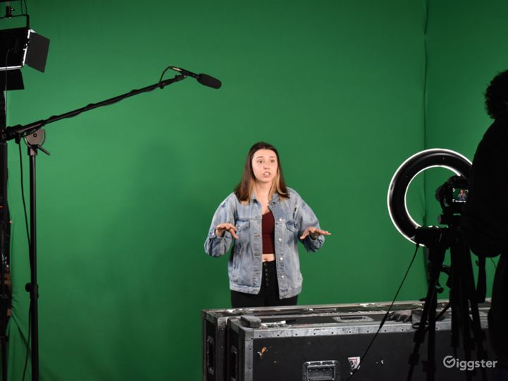 Price Friendly Convenient Studio with Green Screen Photo 3