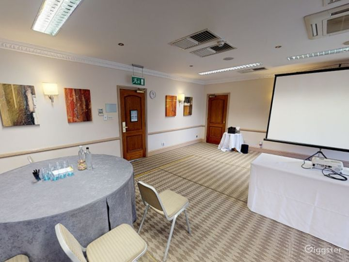 Low-ceilinged Meeting Room in Oxford Photo 3