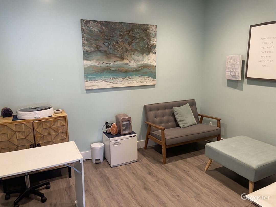 Classy Modern Lounge and Office Near Seaside Photo 1