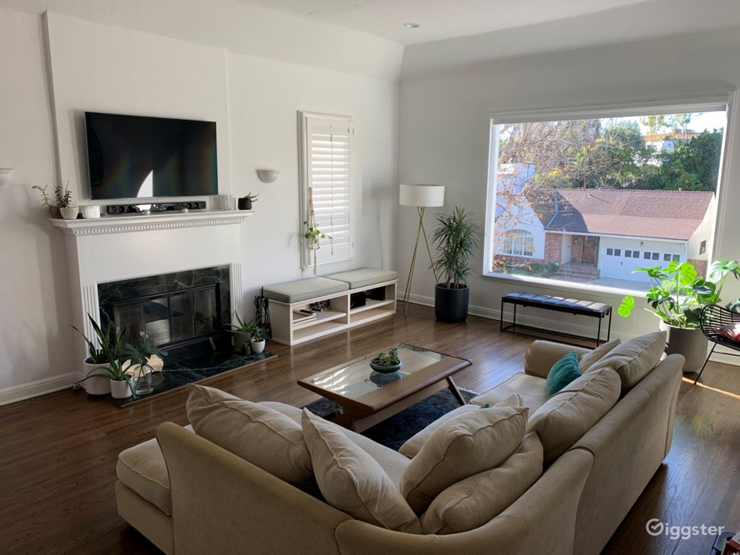 Elegant & light open plan home with picture window Photo 2