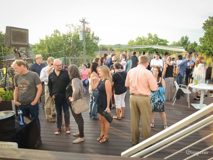 Roof Deck Lounge Photo 3