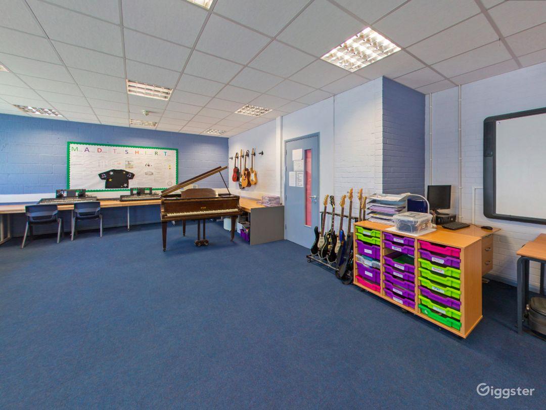 Spacious Music Room in London Photo 1