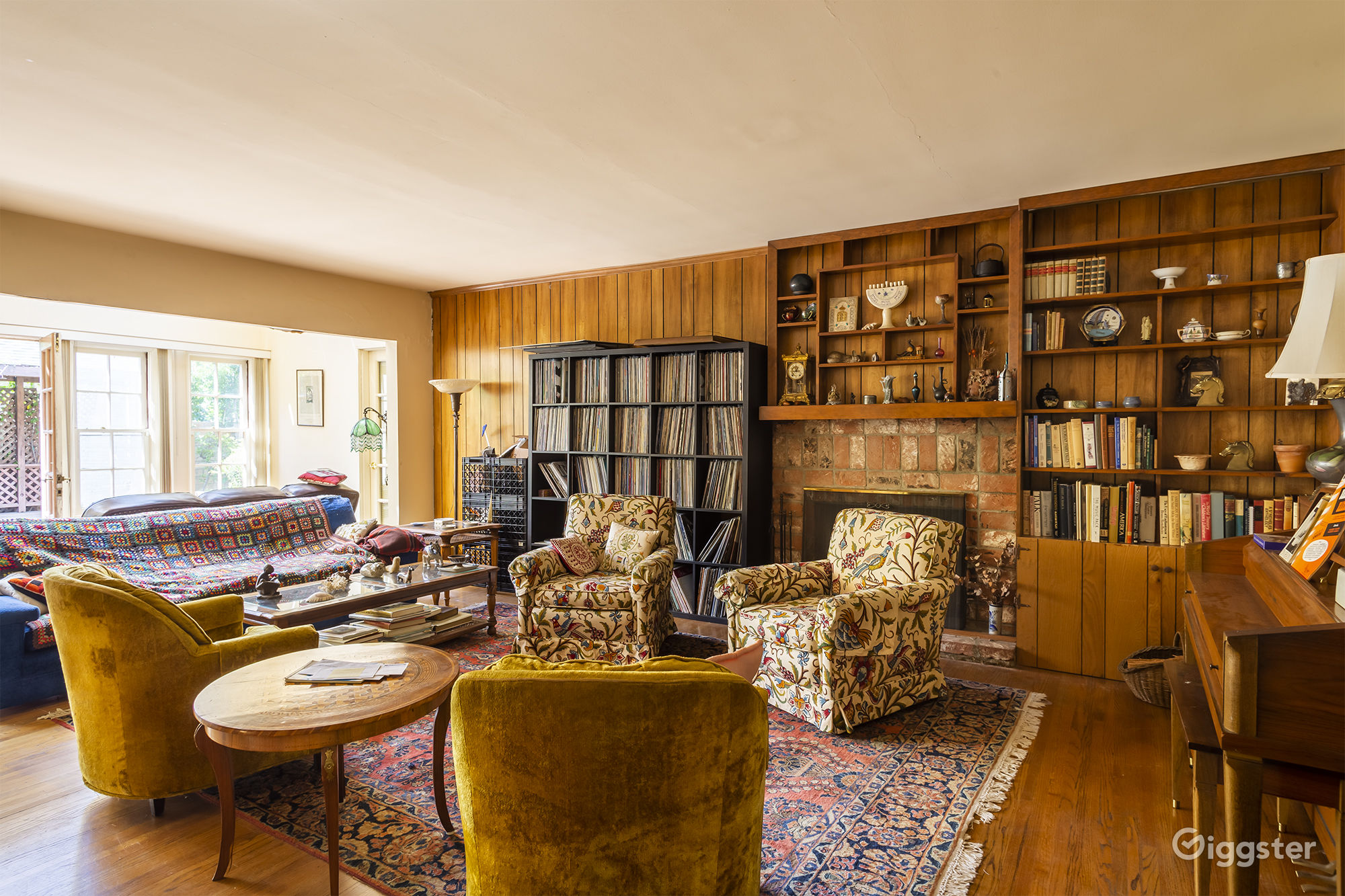 Photo De Decoration suburban home with wood decor living room