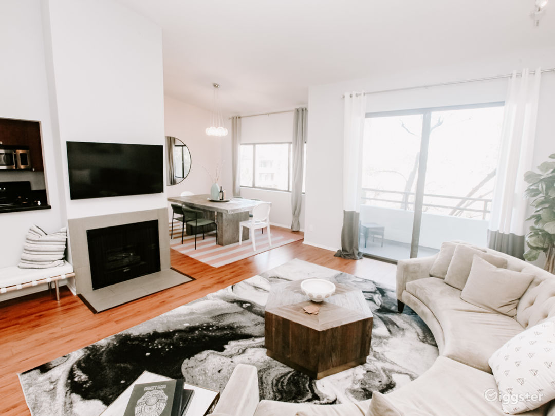 Capacious Brentwood Penthouse Photo 2