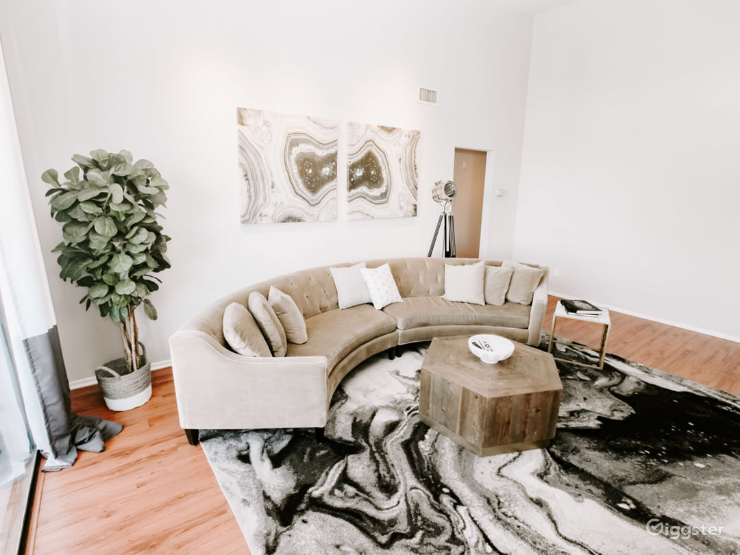 Capacious Brentwood Penthouse Photo 3