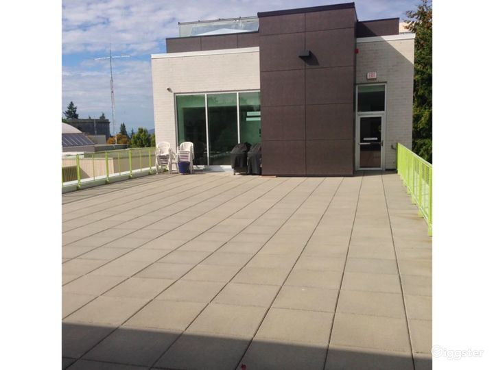 Amazing Rooftop Terrace in Vancouver Photo 2