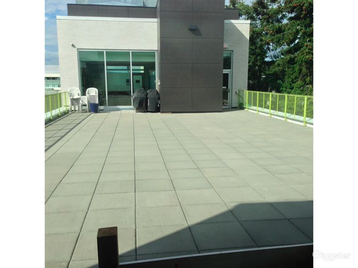 Amazing Rooftop Terrace in Vancouver Photo 3