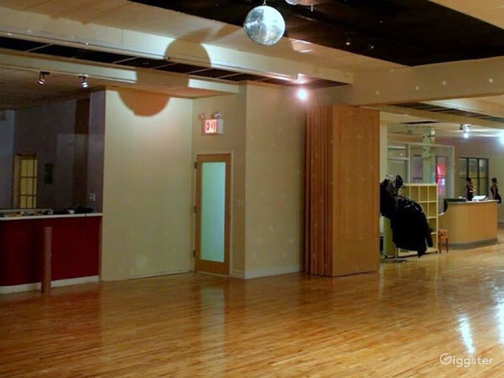 Enticing 2000 sq ft Party Room in Queens Photo 3