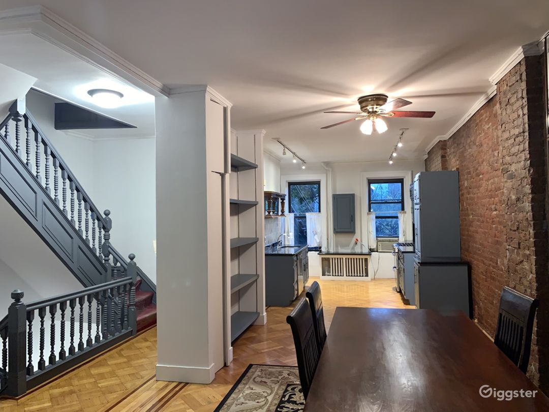 Townhouse landmark Brownstone w/ALOT natural light Photo 1