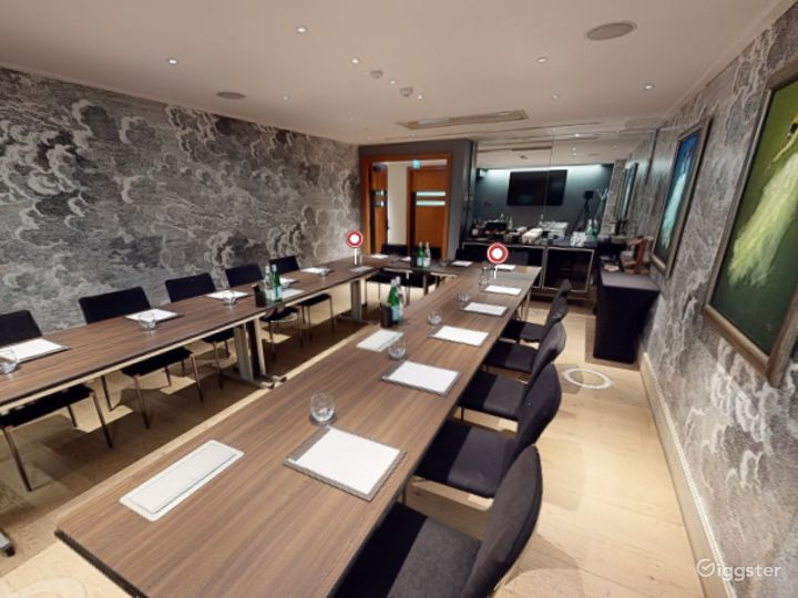 Classy Private Room 3 in Leicester Square London Photo 5