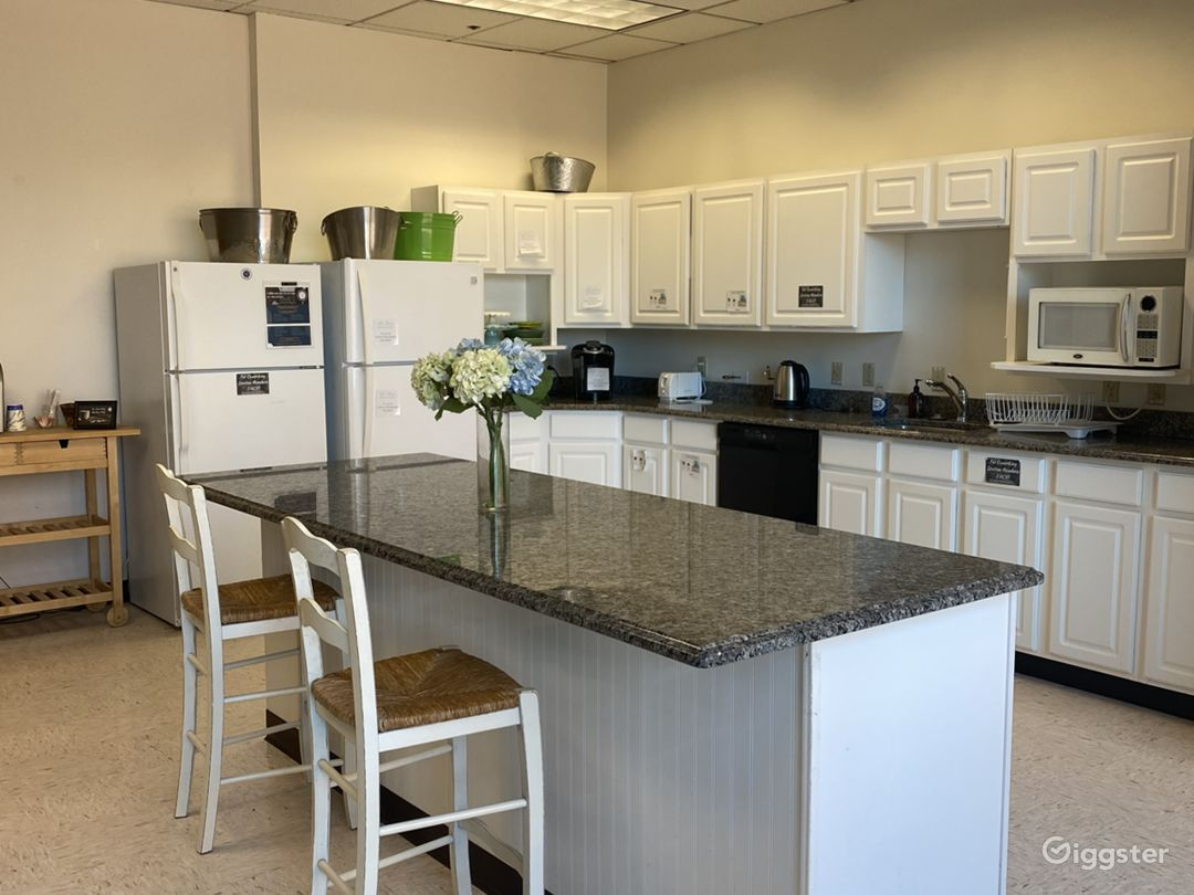 Modern and Versatile Well-Lighted Kitchen Photo 1