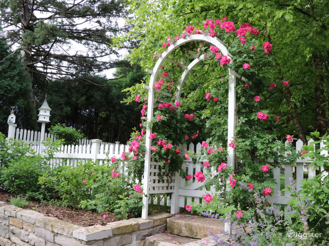 Stunning English garden/rose arbor/pergola on lake Photo 3