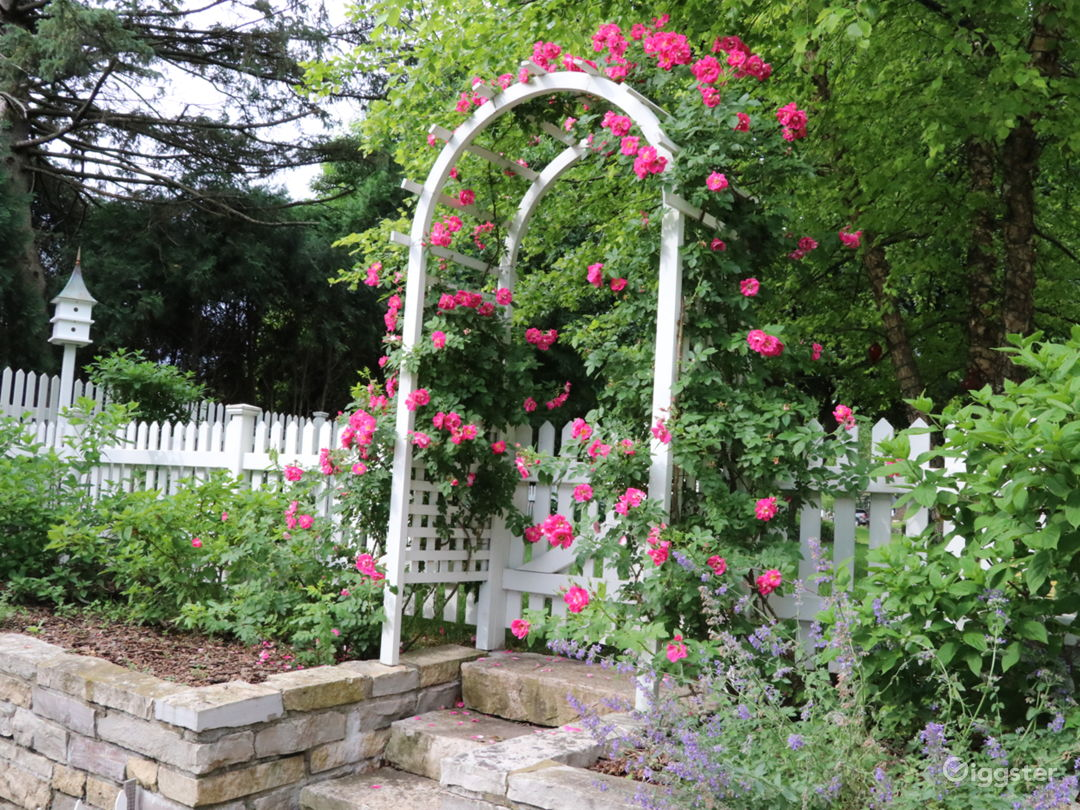 Stunning English garden/rose arbor/pergola on lake Photo 5